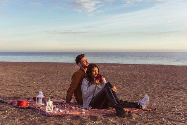 Par, sentando, coverlet, arenoso, mar, costa Foto gratuita