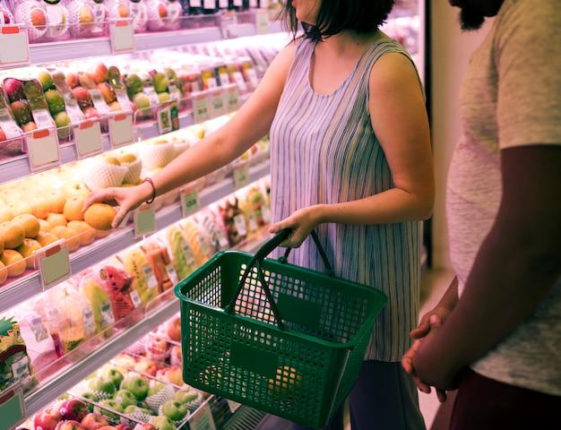 Par, shopping, em, um, supermercado Foto gratuita
