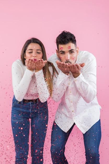 Par, soprando, confetti, de, mãos Foto gratuita