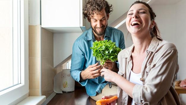 Par, tendo divertimento, enquanto, cozinhar, jantar Foto gratuita