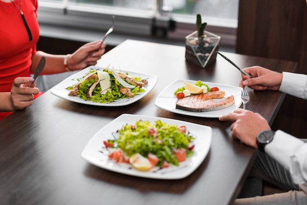 Par, tendo jantar, em, um, restaurante Foto gratuita