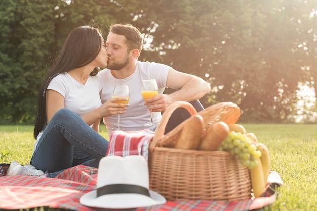 Par, tendo, suco laranja, ligado, cobertor piquenique Foto gratuita