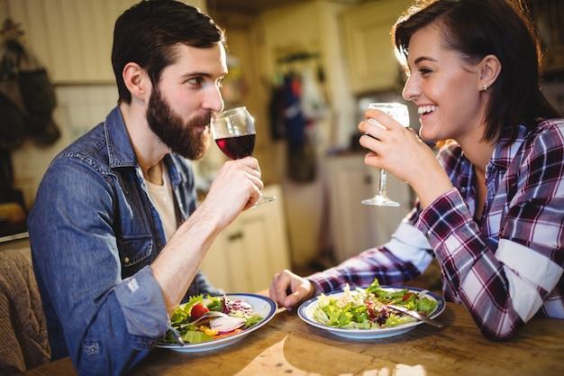 Par, tendo, vinho, e, pequeno almoço Foto gratuita