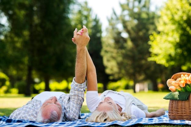Par velho, com, braços levantaram Foto gratuita