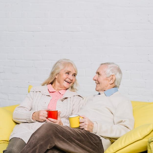 Par velho, com, canecas, de, café Foto gratuita