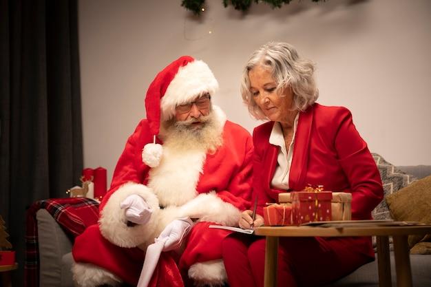 Par velho, comemorando natal Foto gratuita