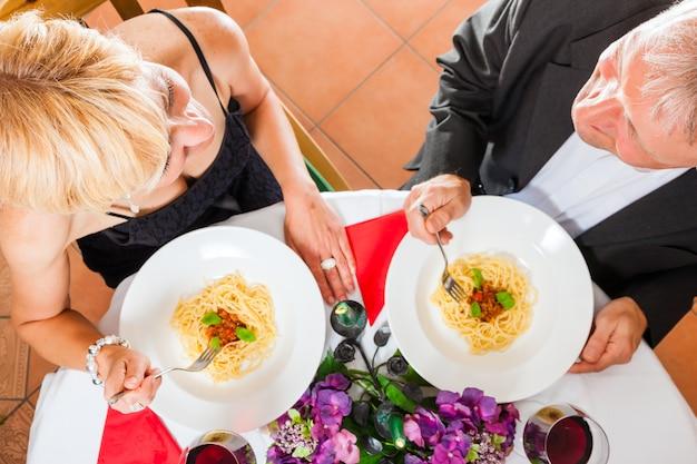 Par velho, comendo jantar Foto Premium