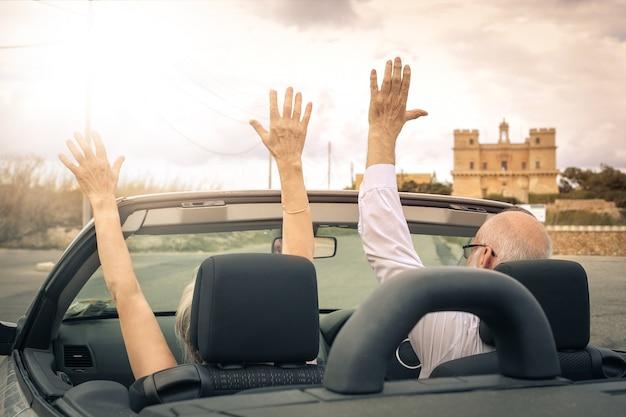Par velho, dirigindo, um, cabriolet Foto Premium