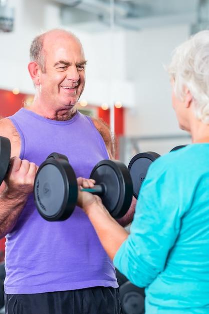 Par velho, em, ginásio, levantamento, dumbbell Foto Premium