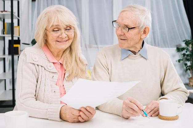 Par velho, fazendo, paperwork Foto gratuita