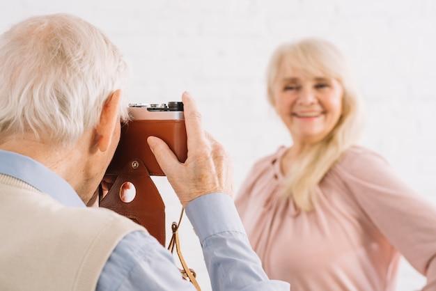 Par velho, fotografia levando, em, cozinha Foto gratuita