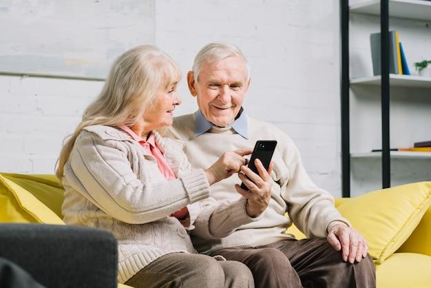 Par velho, usando, smartphone Foto gratuita