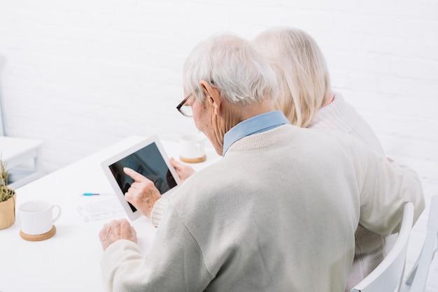 Par velho, usando, tabuleta Foto gratuita