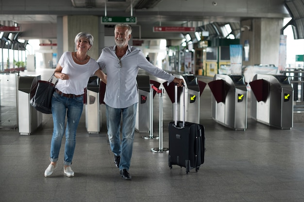 Par velho, viajando, trem, ingresso, portão Foto gratuita