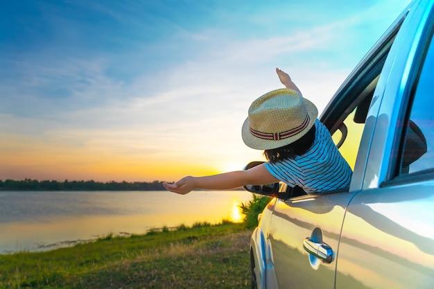 Para a aventura! menina que relaxa e que aprecia a viagem por estrada. Foto Premium