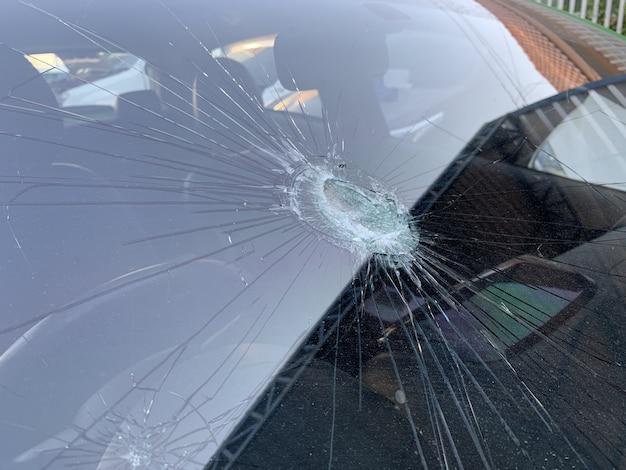 Pára-brisa do carro quebrado. acidente de carro, close-up Foto Premium