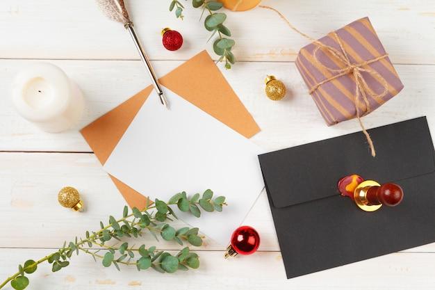 Para fazer a lista para o ano novo, conceito de natal, escrevendo sobre fundo de madeira Foto Premium