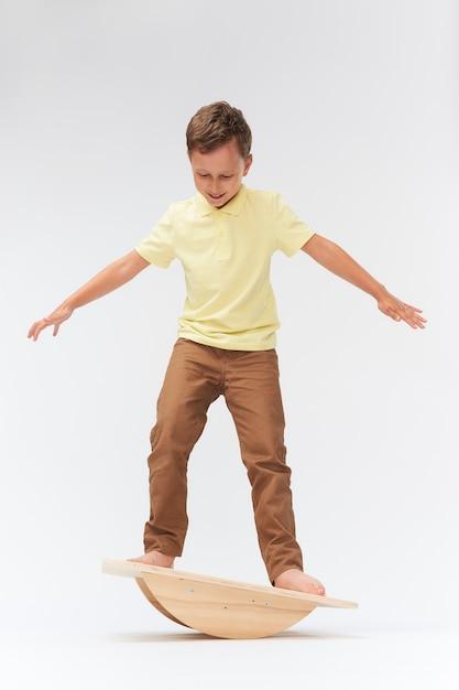 Para manter a balança em pé na esteira. treinamento do aparelho vestibular. equilíbrio equilíbrio exercício Foto Premium