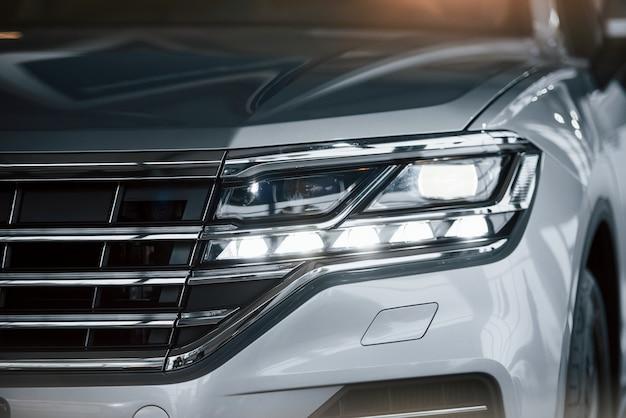 Para pessoas de sucesso. vista de partículas de um carro branco luxuoso moderno estacionado dentro de casa durante o dia Foto gratuita