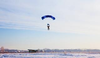Pára-quedista salta Foto gratuita