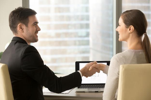 Parabenizando cliente com aprovação de empréstimo de alojamento Foto gratuita