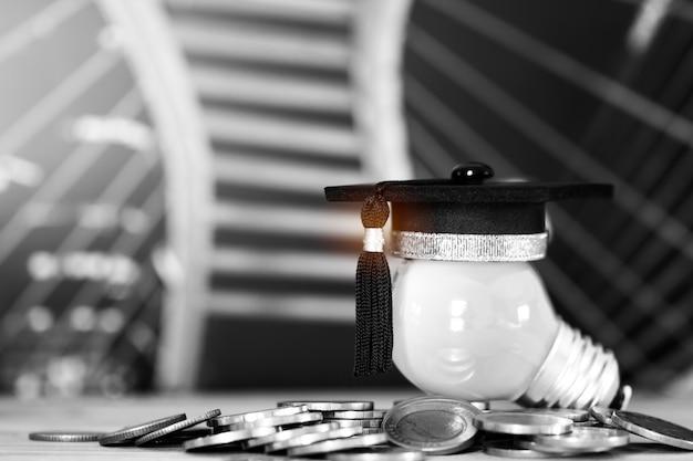 Parabéns graduados em pilhas de moedas de topo na mesa de madeira Foto Premium