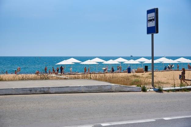Paragem de autocarro com um sinal na praia do mar. Foto Premium