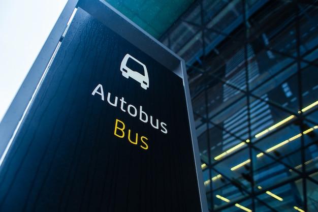 Paragem de autocarro no terminal do aeroporto de cracóvia. Foto Premium
