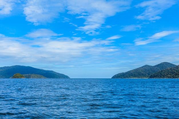 Paraíso tropical lindo mar e céu azul com praia de areia branca na tailândia Foto Premium