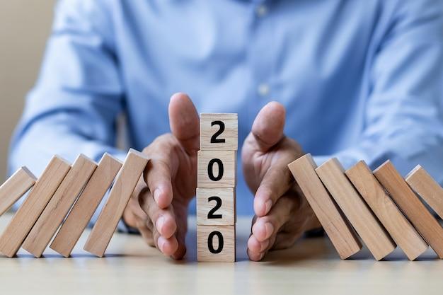 Parando a queda de 2020 blocos de madeira. negócios, gerenciamento de risco Foto Premium