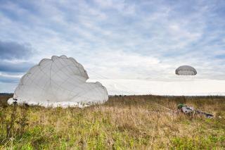 Paraquedista salto paraquedista Foto gratuita