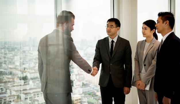 Parceiros de negócios arco de aperto de mão Foto Premium