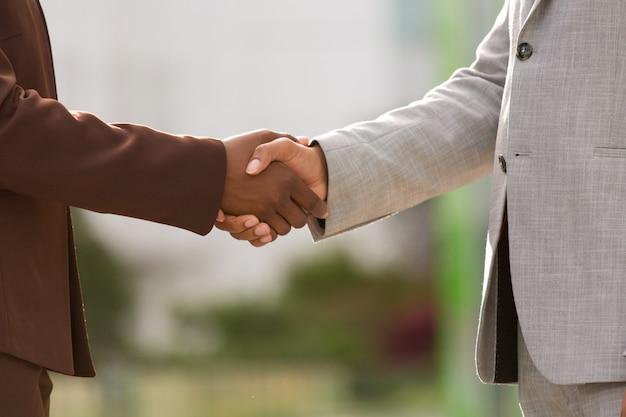 Parceiros de negócios bem-sucedidos fechando acordo Foto gratuita