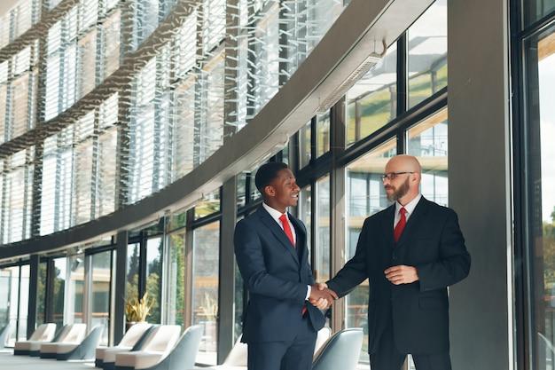 Parceiros de negócios em um escritório moderno Foto Premium