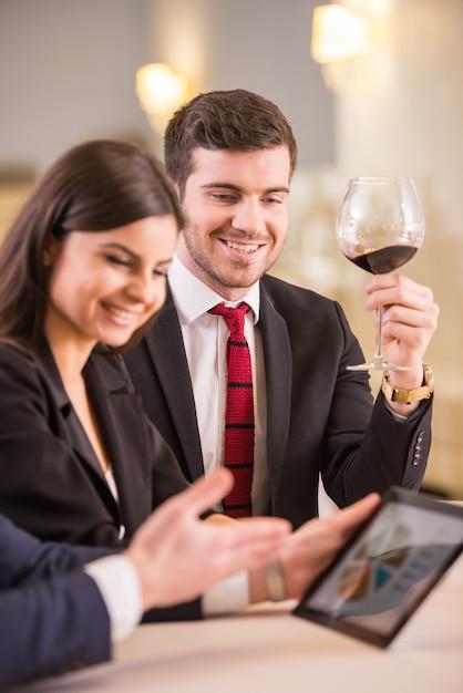 Parceiros de negócios estão olhando para o tablet pc. Foto Premium