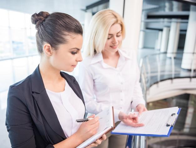 Parceiros de negócios feminino vestido formal discutir o projeto. Foto Premium