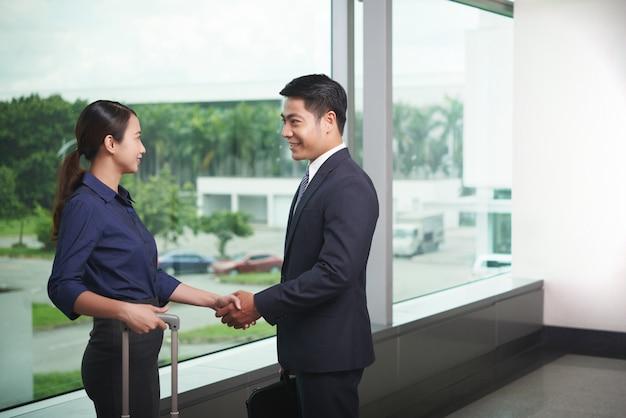 Parceiros de negócios, reunião no aeroporto Foto gratuita