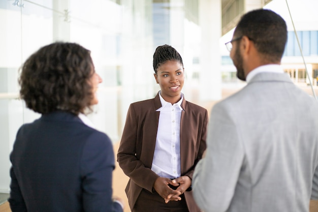 Parceiros de reunião jovem gerente feminino Foto gratuita
