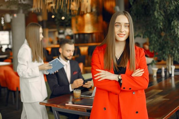 Parceiros, sentado à mesa e trabalhando em um café Foto gratuita