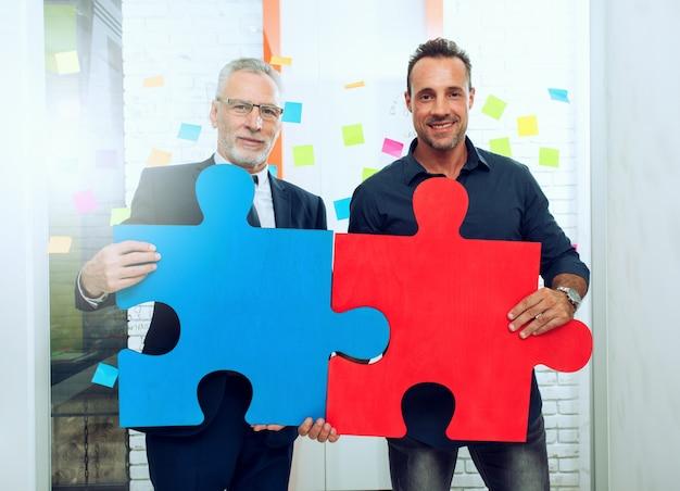 Parceria de pessoas de negócios. conceito de integração e inicialização com peças de quebra-cabeça coloridas Foto Premium