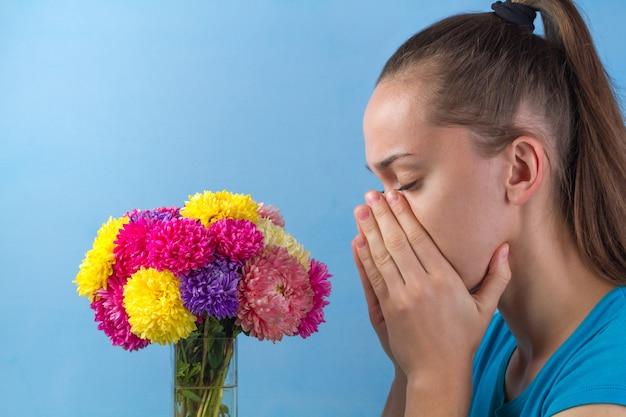 Pare de alergias. alergia sazonal ao florescimento de flores, plantas e pólen. Foto Premium