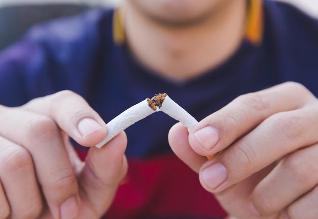 Resultado de imagem para pessoa quebrando cigarro