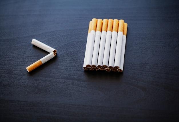 Pare de fumar o conceito com cigarros quebrados. pilha de cigarros. proibido fumar Foto Premium