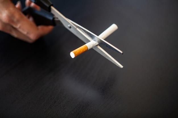 Pare de fumar o conceito com cigarros quebrados. Foto Premium