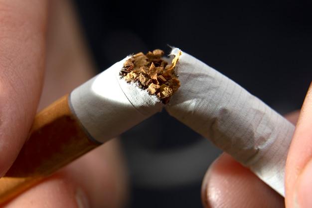 Pare de fumar o conceito de cigarros. fechar-se Foto Premium