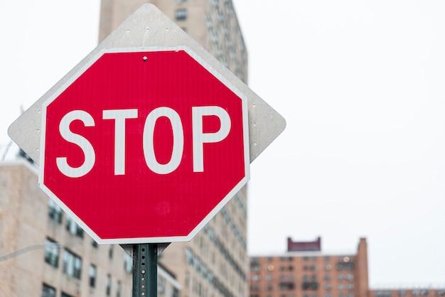 Pare o sinal closeup com fundo desfocado Foto gratuita