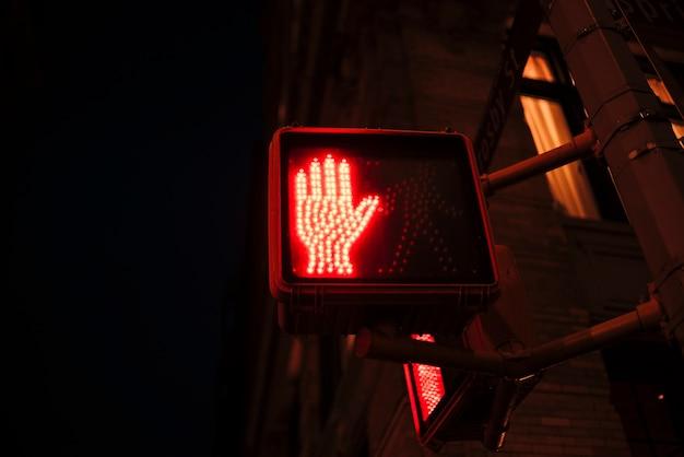 Pare semáforos vermelhos para pedestres Foto gratuita
