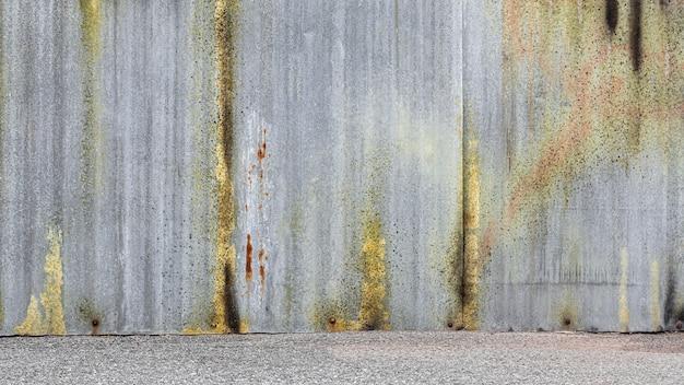Parede de chapa de zinco ondulado abandonado e resistido. Foto Premium
