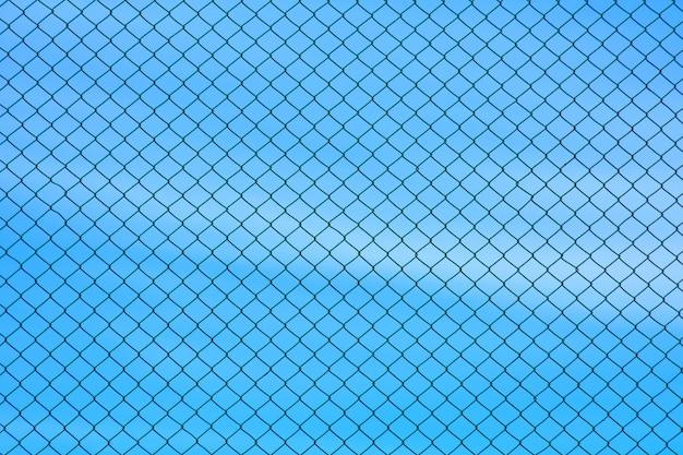 Parede de fio de metal gaiola no céu azul Foto Premium