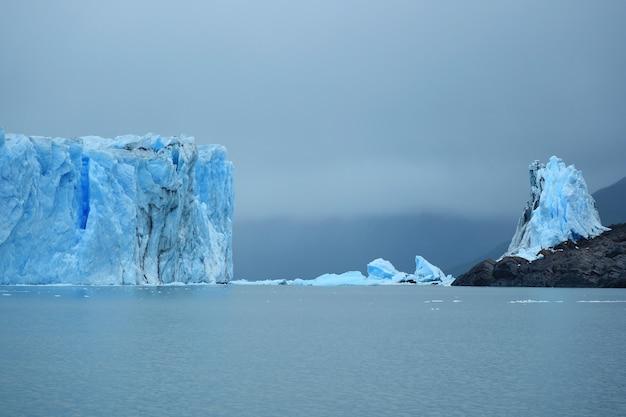 Parede de geleira gigante do glaciar perito moreno no lago argentino, patagônia, argentina Foto Premium